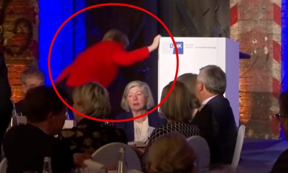 Ангела Меркель упала во время подъема на сцену