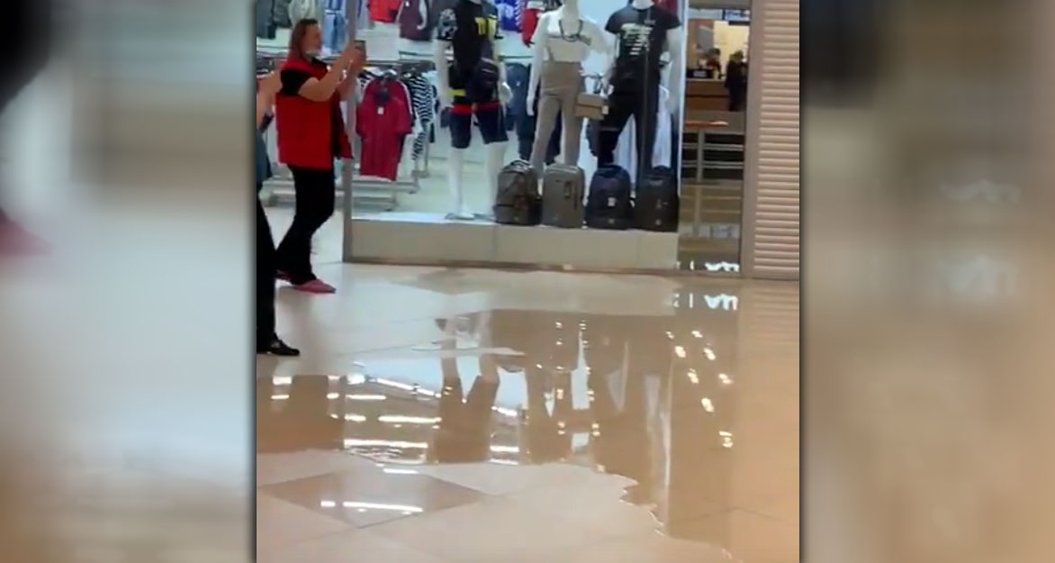 В Кингисеппе в торговом центре «Кубус» протекла крыша