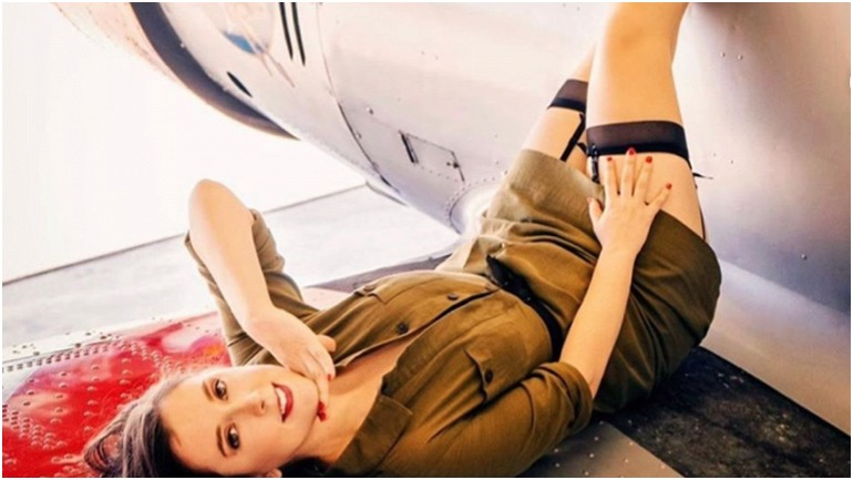 вас полные фото стюардессы на фоне тонущего самолета спелой дыни торпеда