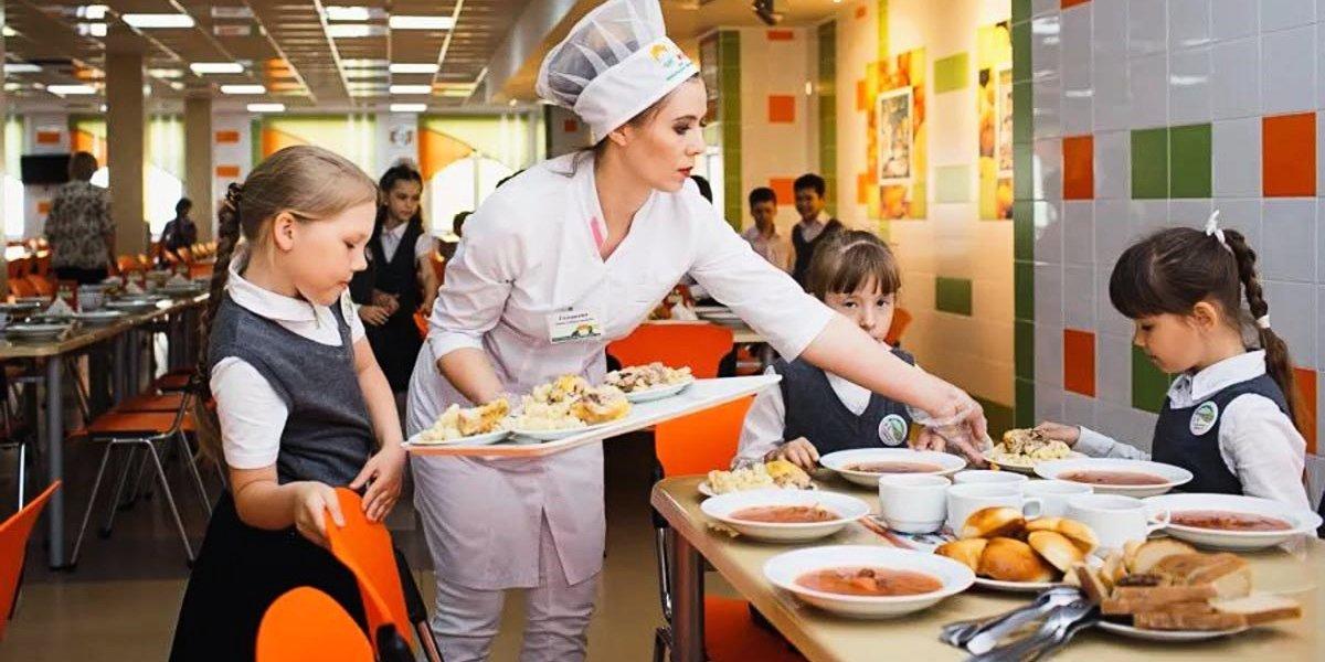 Школу в Казани, в которой накормили детей пельменями с пола, ожидает прокурорская проверка