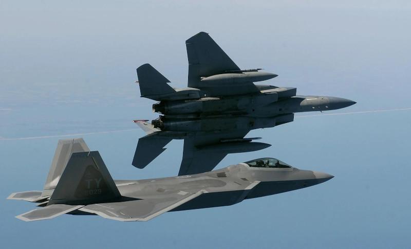 ВВС США избавляются от проблемных самолетов-невидимок, но оставляют старые F-15
