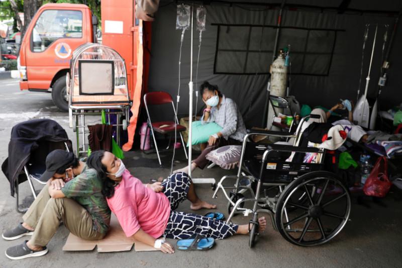 Более десяти вакцинированных врачей погибло на фоне вспышки ковида в Индонезии
