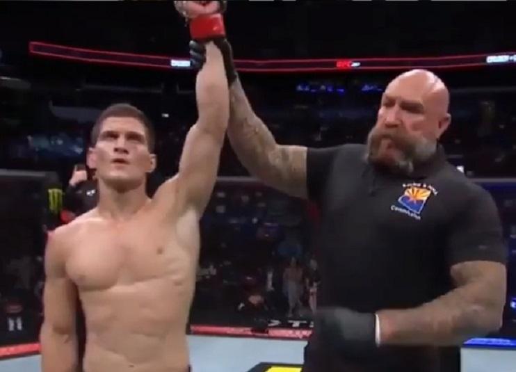 Россиянин Евлоев уверенно одержал пятую победу в UFC