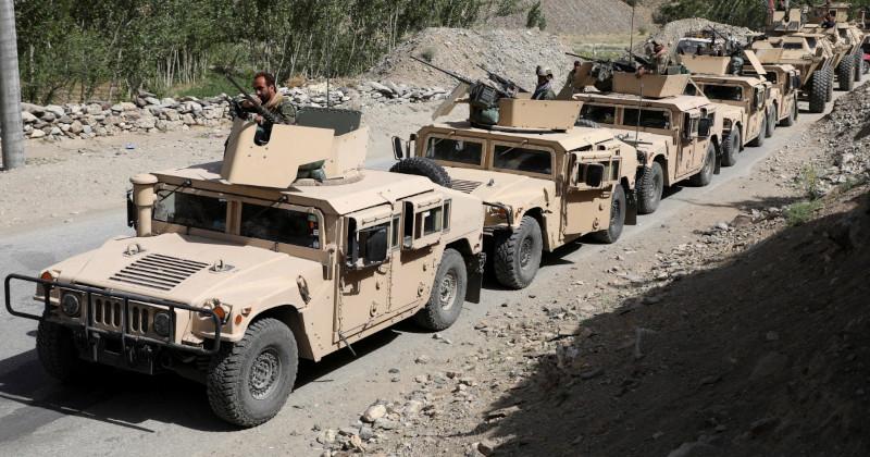 «Талибан» быстро завоевывает Афганистан и получает огромное количество американского оружия