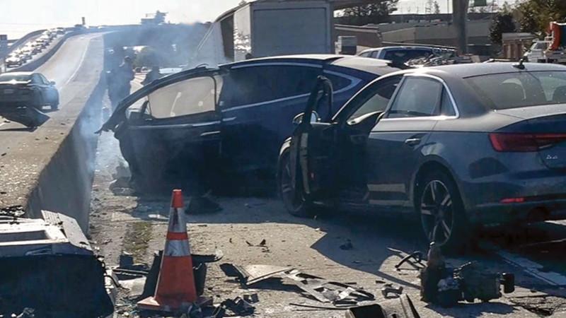 Илон Маск заявляет безопасность своих машин с автопилотом, но у родственников погибших в авариях с автомобилями Tesla другое мнение