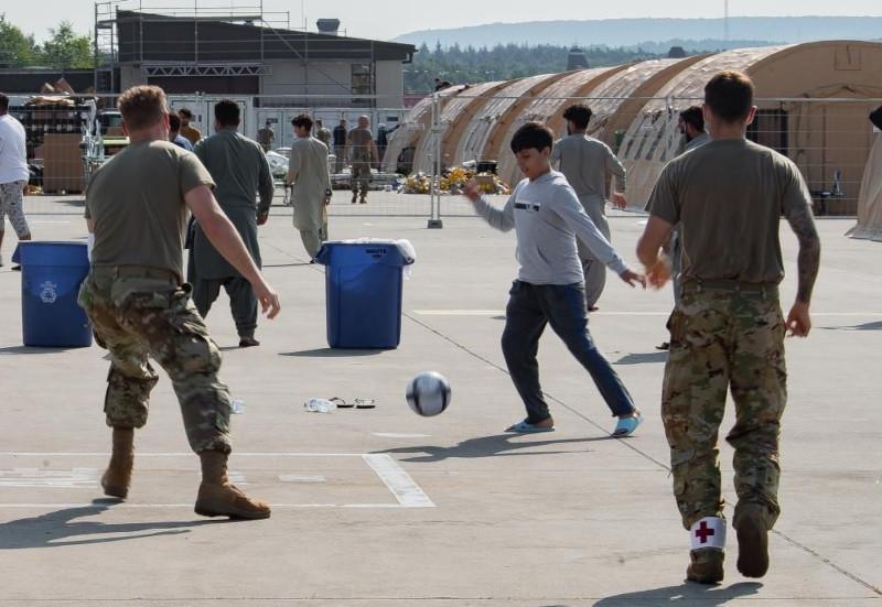 7000 эвакуированных афганцев ждут на авиабазе «Рамштайн» возможности улететь в Америку