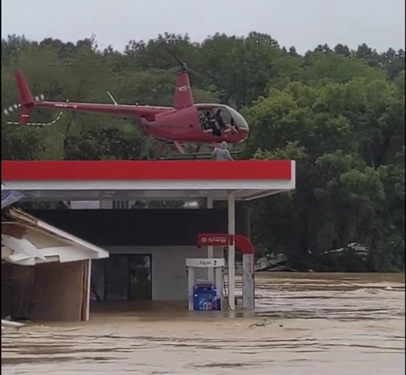 Пилот вертолета и его невеста спасли 17 человек при наводнении в Теннесси