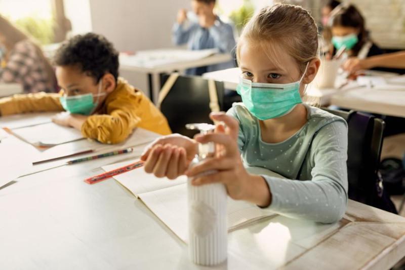 AP: дети возвращаются в школы, и число заболевших COVID растет