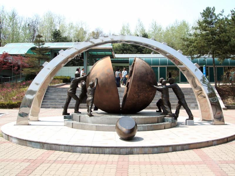 Новый опрос: только 44% южнокорейцев считают необходимым воссоединение с Севером